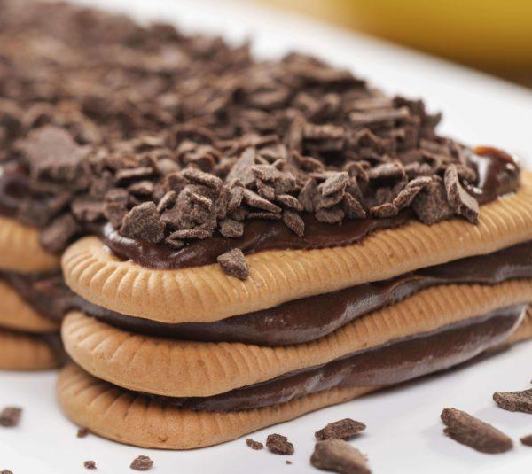 Sanduiche de biscoito maizena com brigadeiro